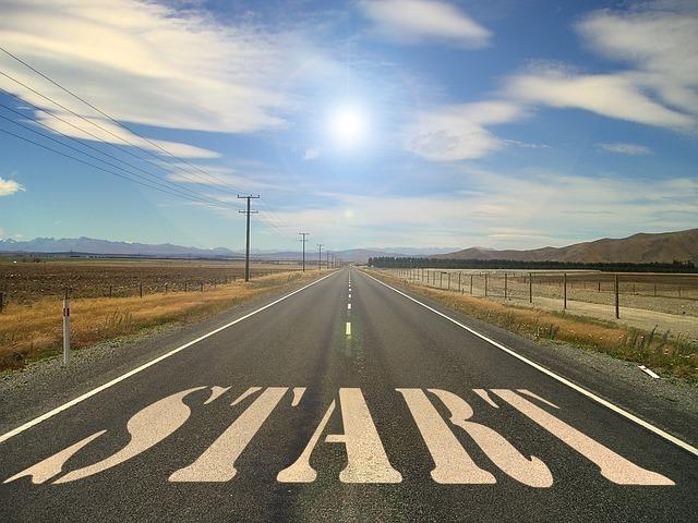 startの文字が道路に書かれている画像です