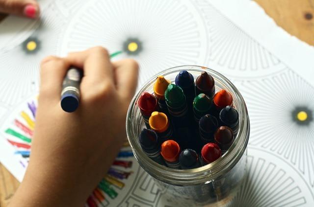 クレヨンで絵を描いている