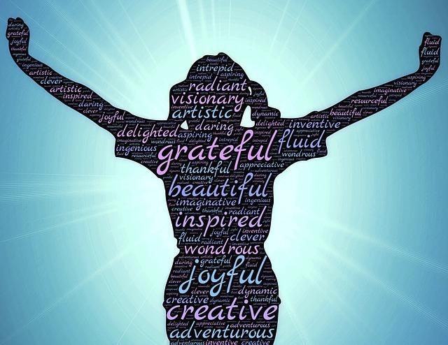 女性の影に英語で感謝の言葉が並んでいる写真