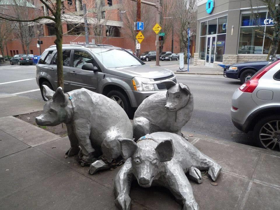 三頭の豚の像