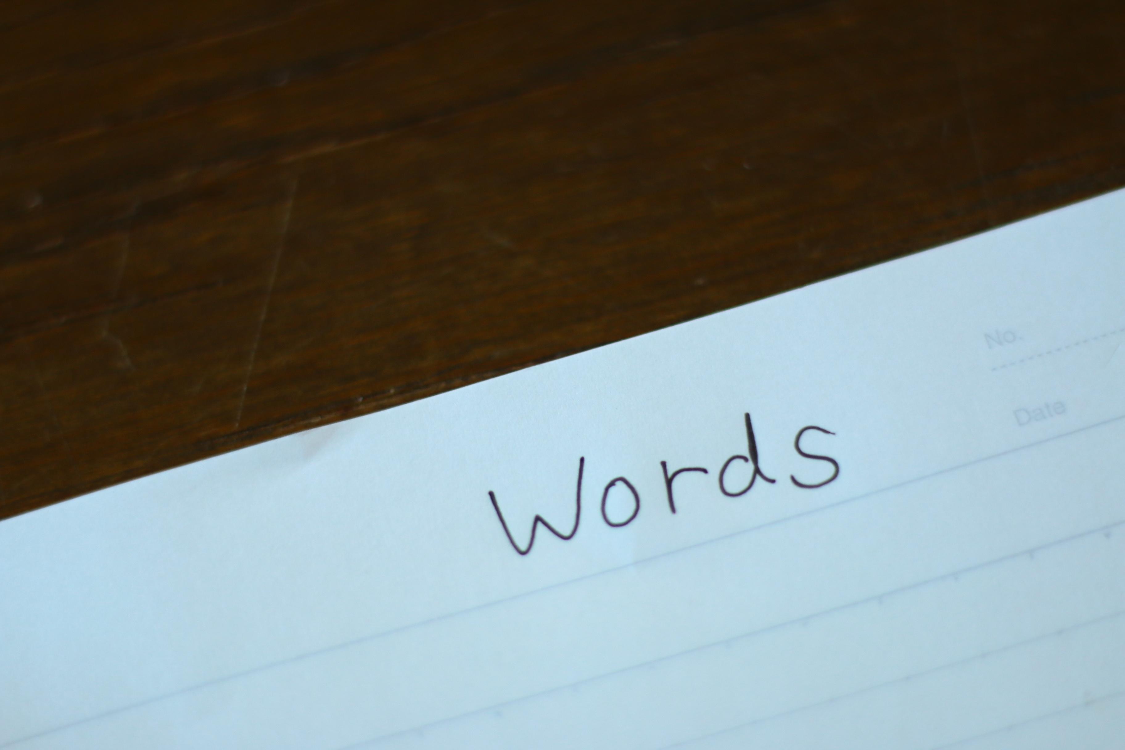紙にwordsと書いている写真
