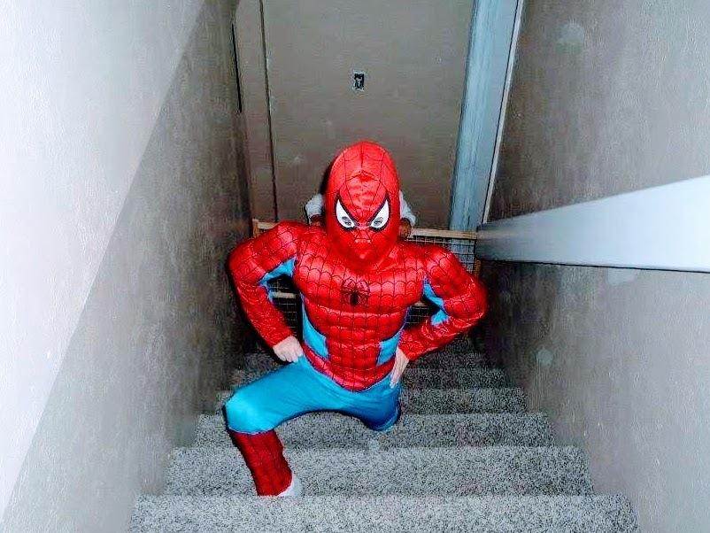 スーパーマンに変装した子供
