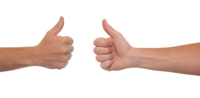 グッドサインを出し合った手の写真です。