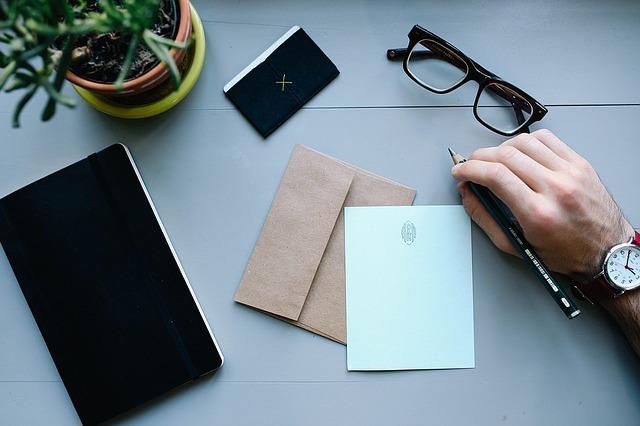 手紙を書こうとしている男性です。