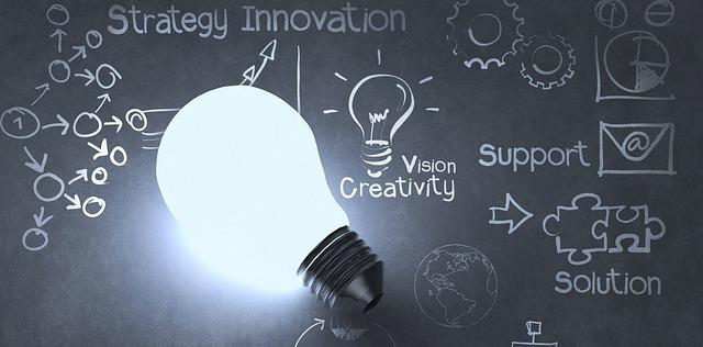 電球の電気がついている状態で文字が書かれた黒板に乗っている。