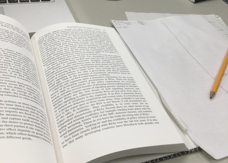 本を開いた勉強の風景の写真です。