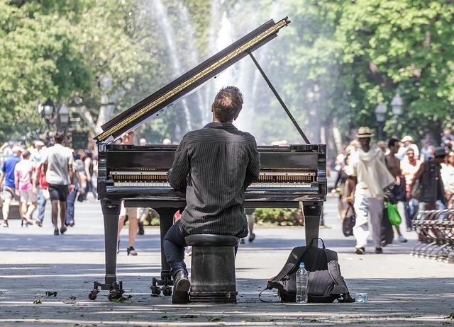 ピアノコンサートが公園で行われているイメージです。