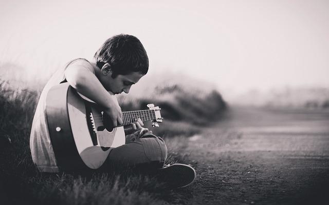ギターを弾いている人の写真です。