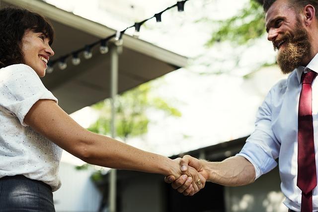 男女が握手をしている写真です。