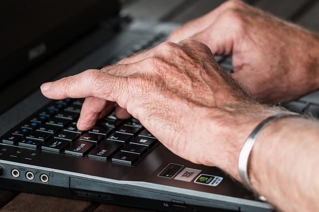 キーボードをタイプしている手の写真です。