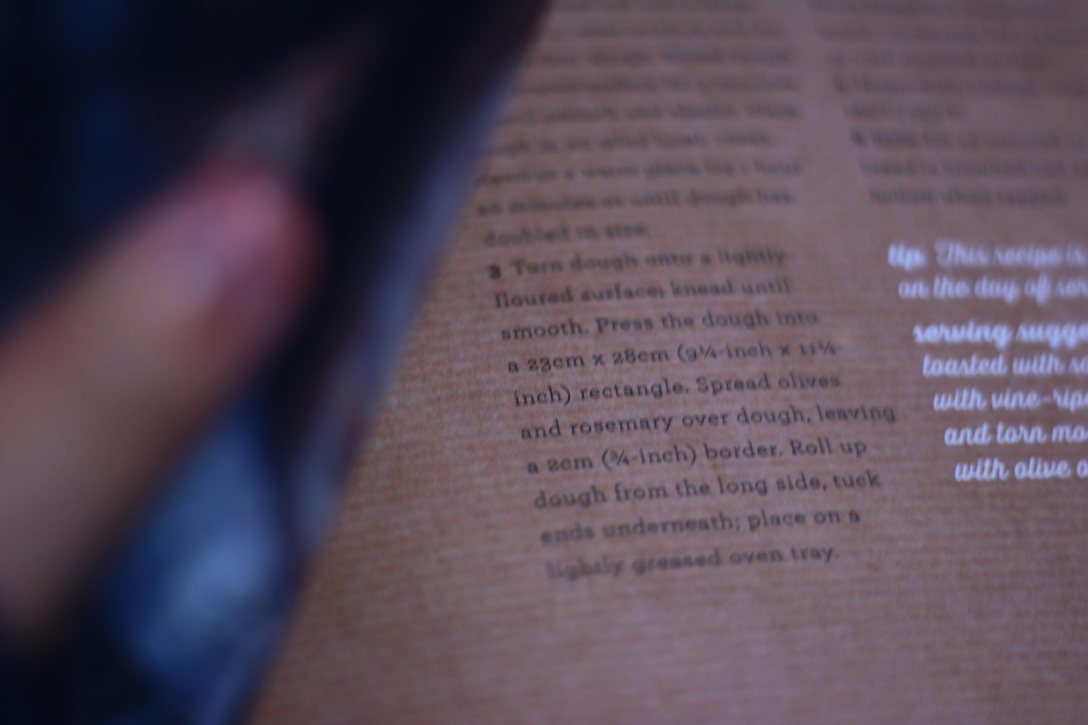 本のページをめくっている写真