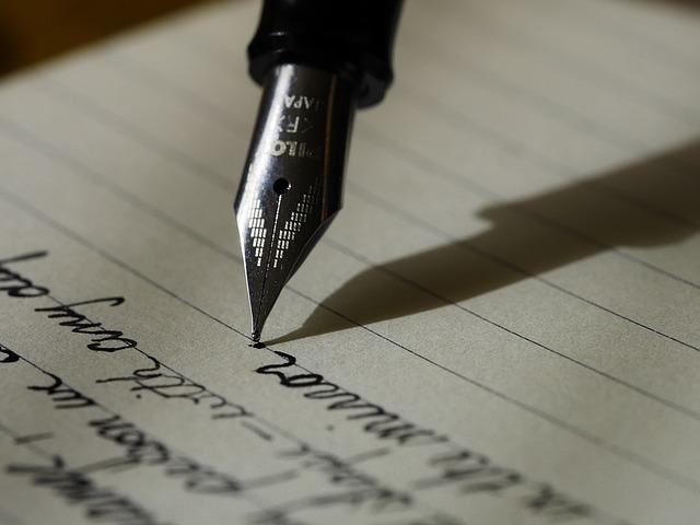 万年筆で紙に英語を書いている