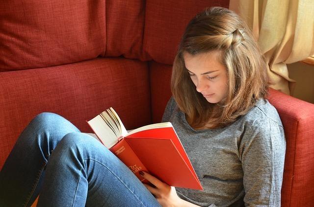 女の子が本を読んでいる写真