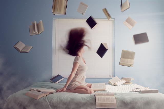 女の子が本を投げている写真
