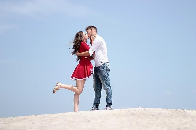 男性と女性がキスしている写真