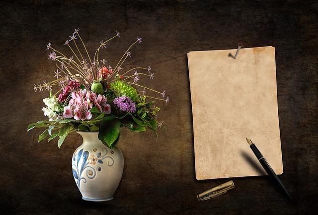 ノートと万年筆、花瓶