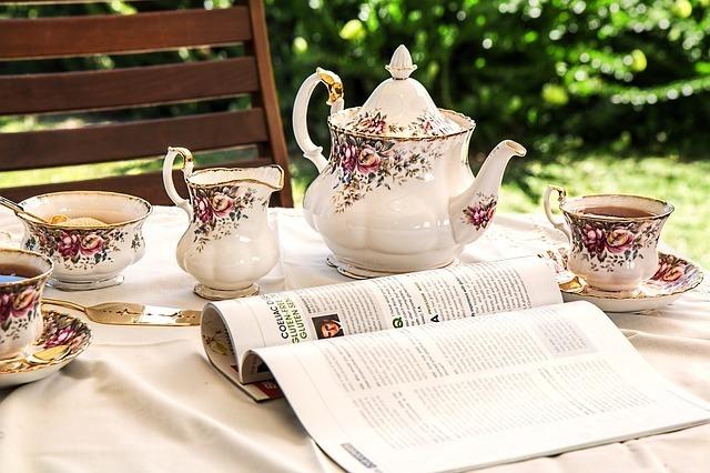 お茶を注ぐイメージです。