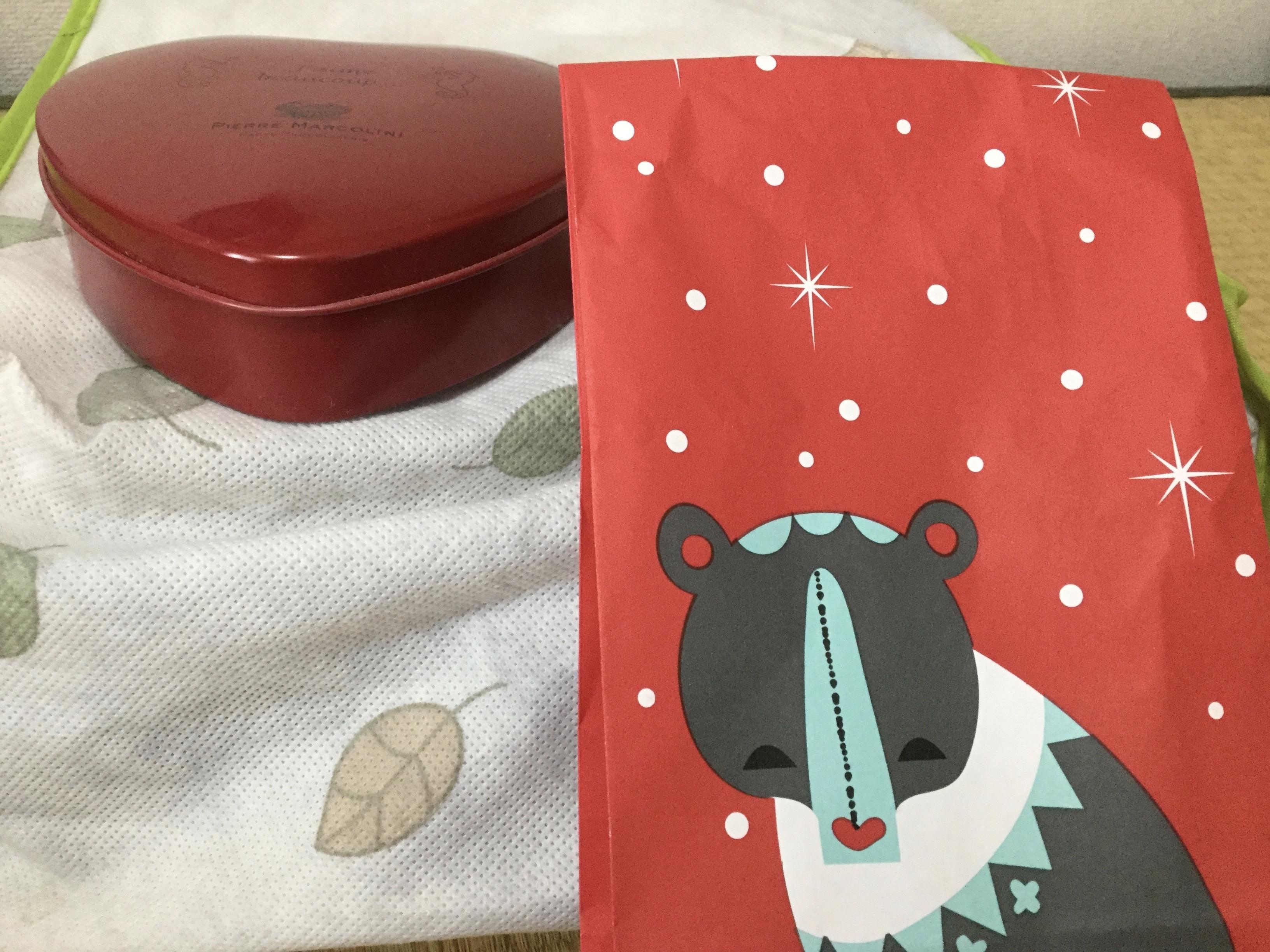 紙袋とお菓子の箱