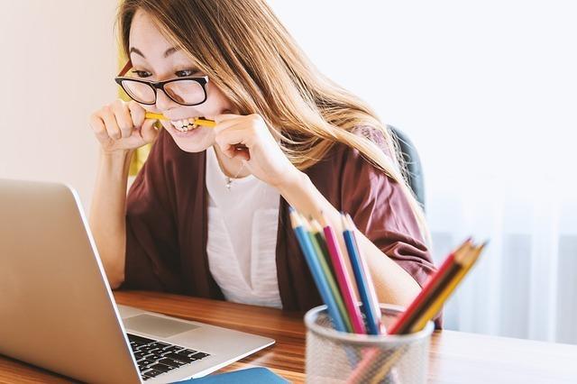 勉強する女性。難し過ぎてストレス。