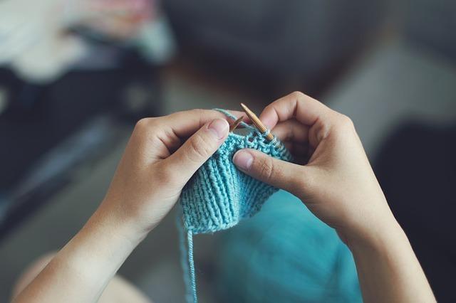 編み物をしている