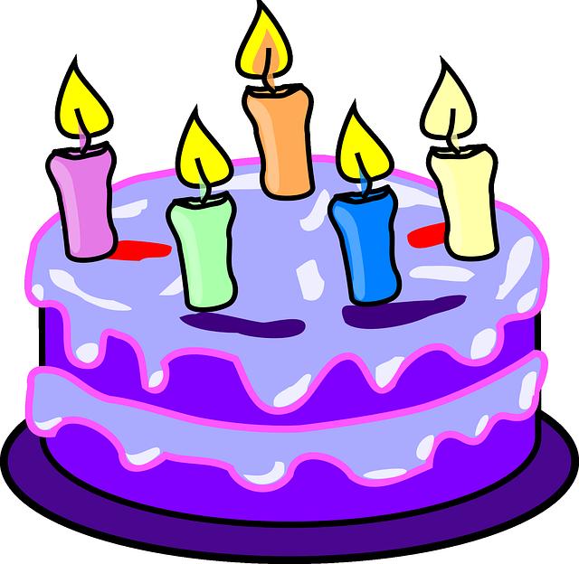 5本のローソクが立っているケーキ