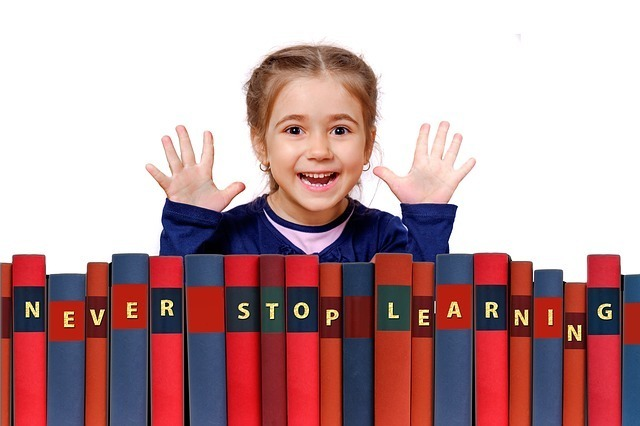 少女と本の画像です。