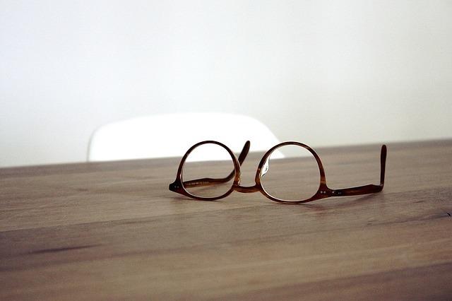 机の上にメガネがある