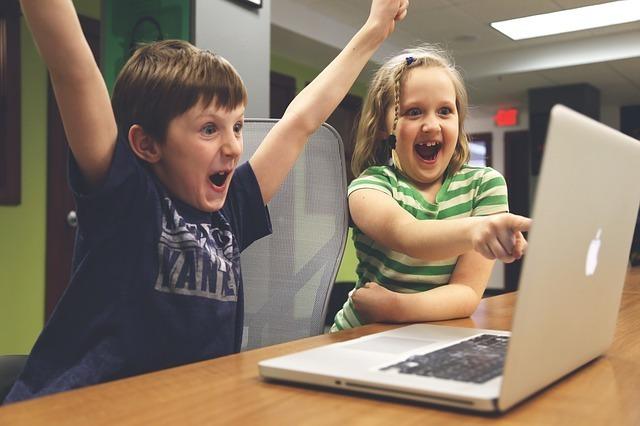 アニメをみて喜んでいる2人の少年
