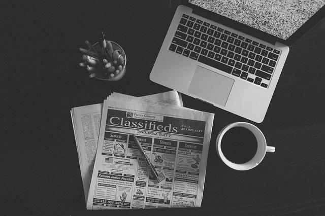 新聞とパソコンとコーヒーとペン