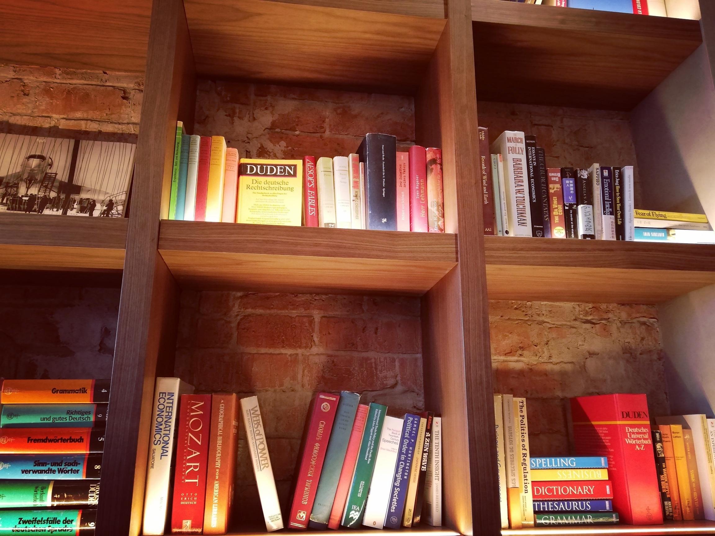 洋書の本棚の写真です。