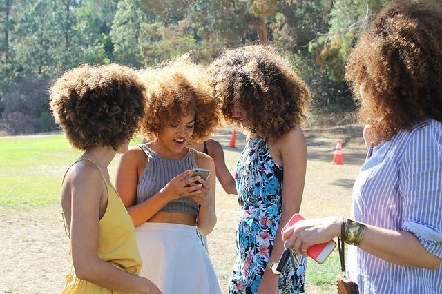 携帯を見る女性たち