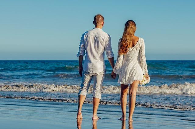 海辺にいる素敵なカップルです