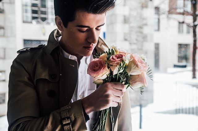 花を持っている男性です