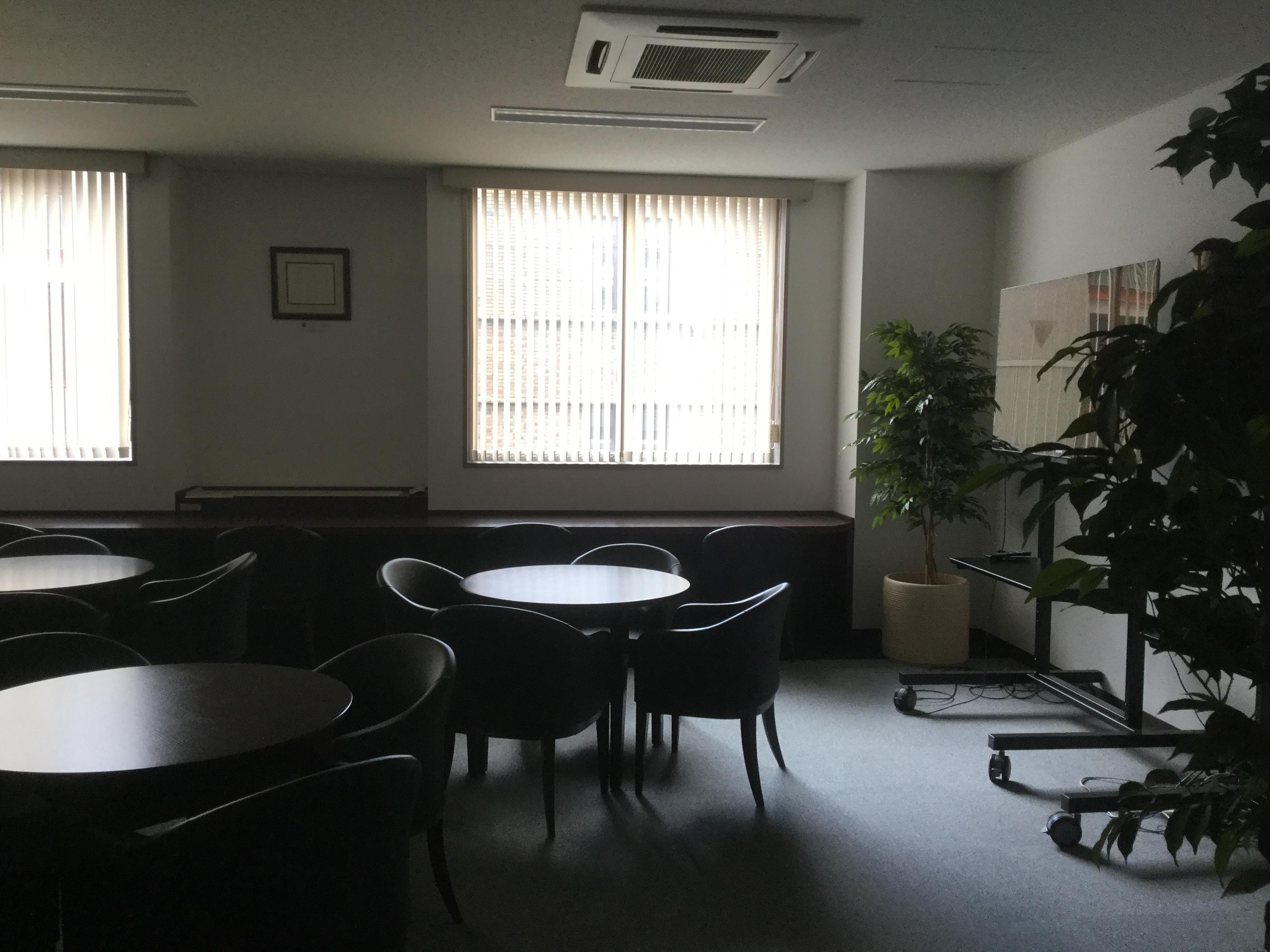 薄暗い会議室の写真です。