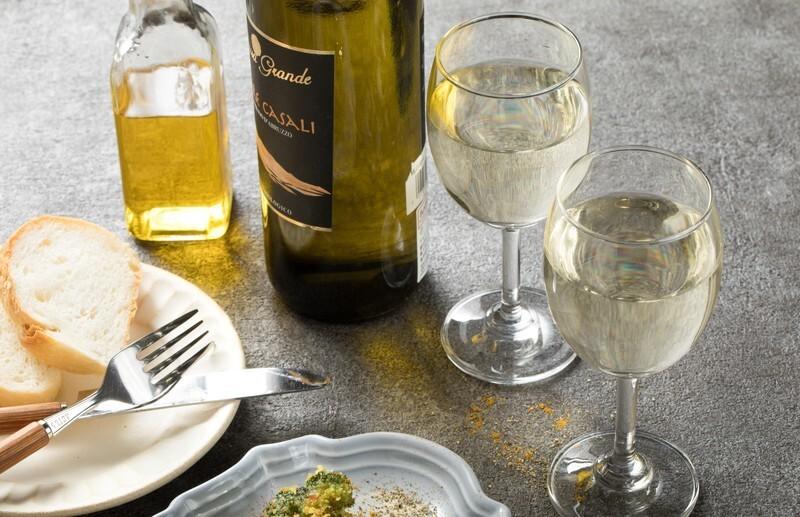 テーブルにワインや料理が置いてある写真です。