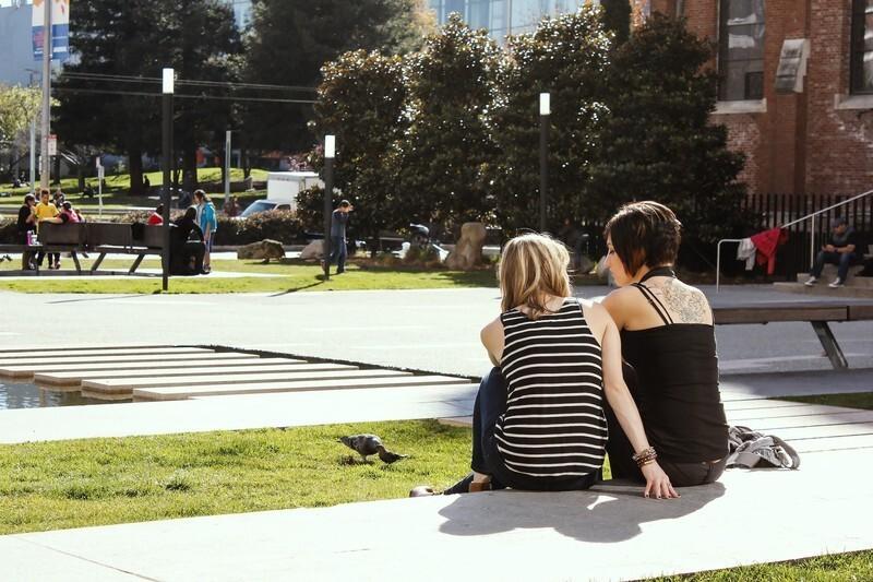 外人女性二人が座っている