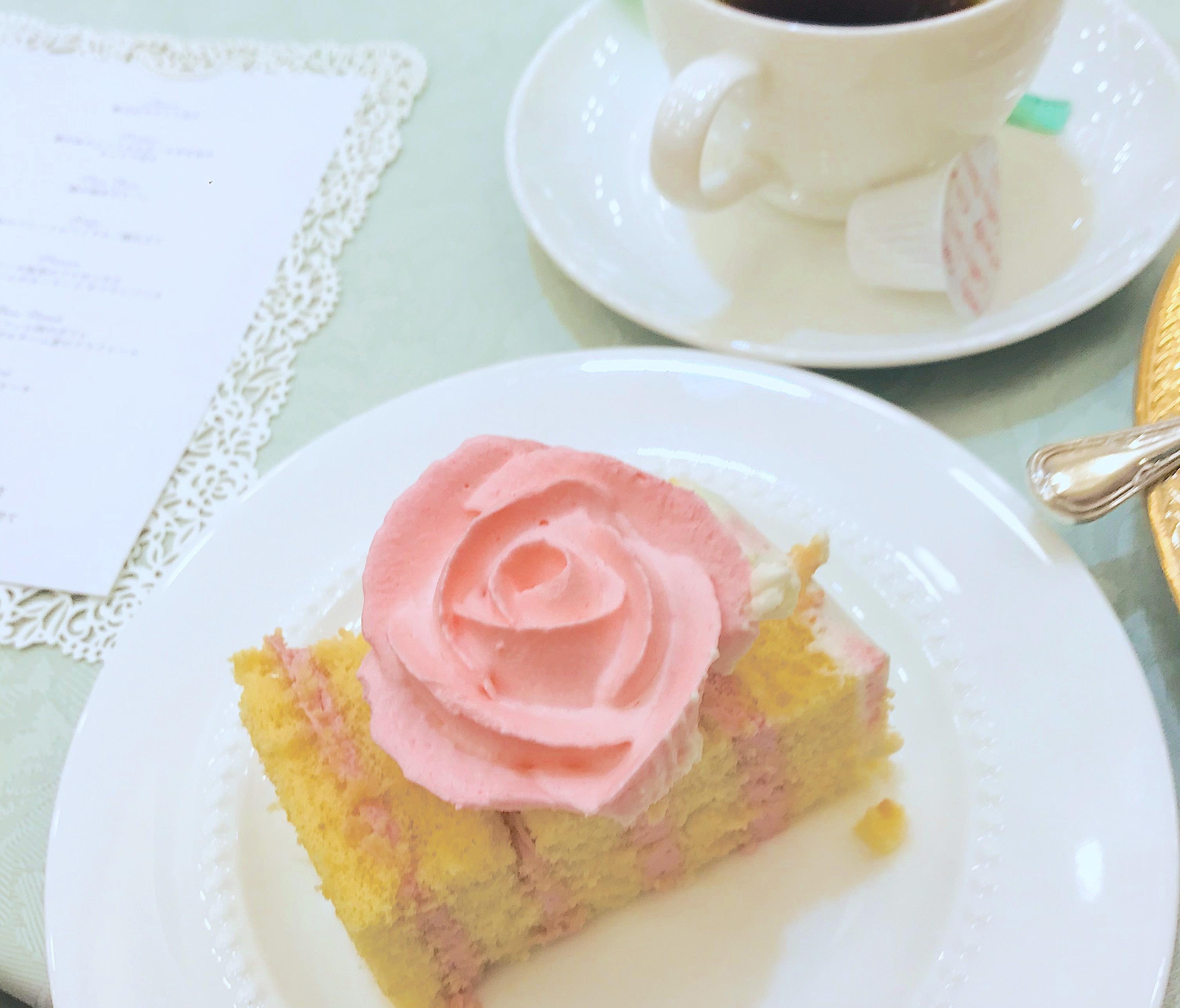 ビンクのバラのクリームデコレーションカットケーキ。