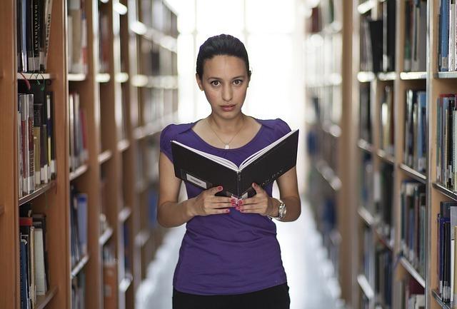 本を読む人のイメージです。