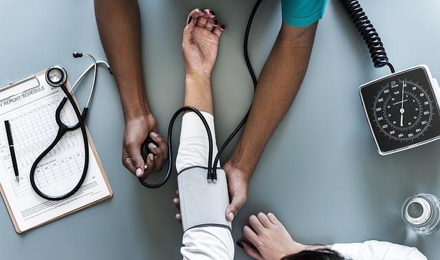 腕の検査をしている医者の写真