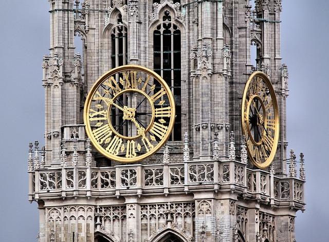 石造りの荘厳な時計台の写真です。