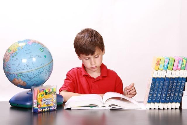 子供が机に向かって勉強している画像です。