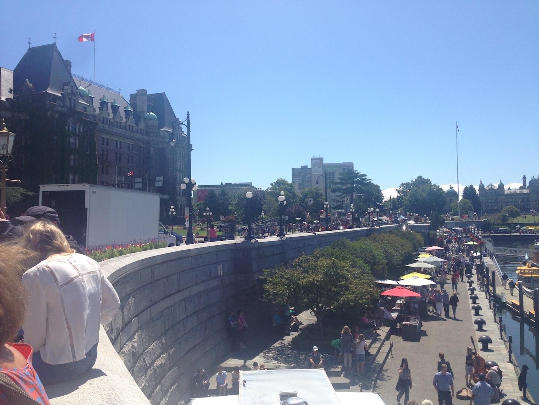 カナダ・バンクーバー島ヴィクトリアの港の風景と人々です。