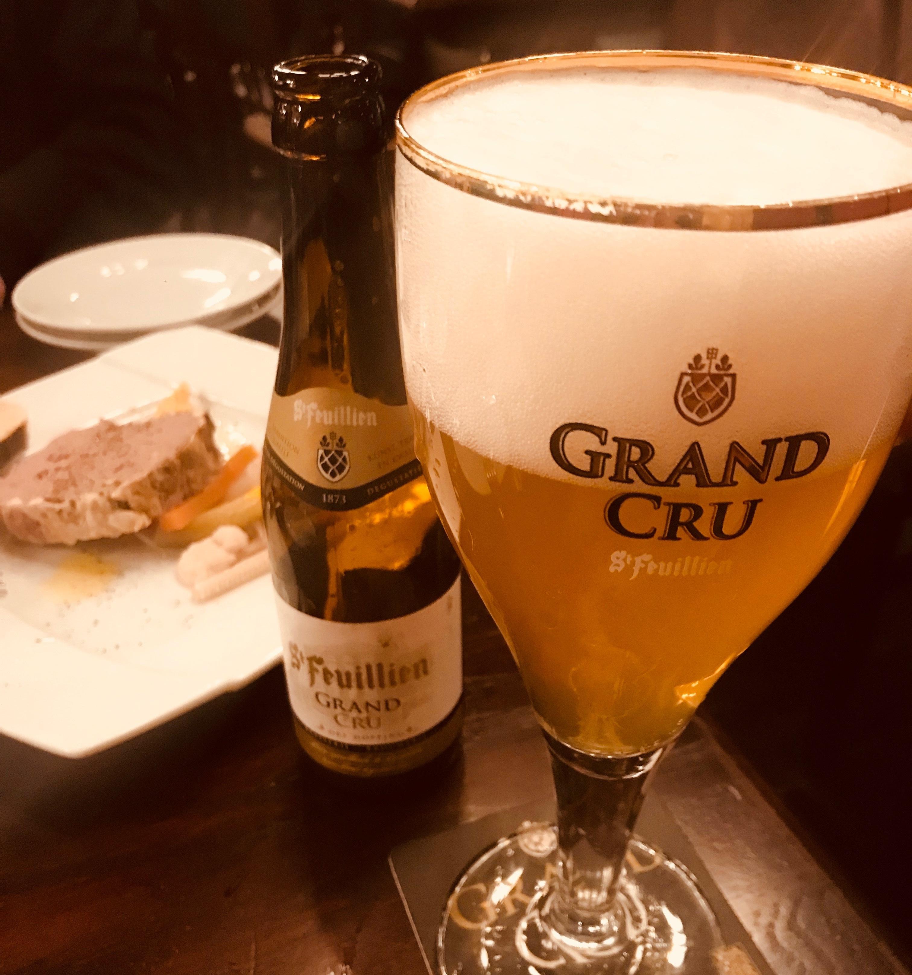 海外のビールと食事の写真。