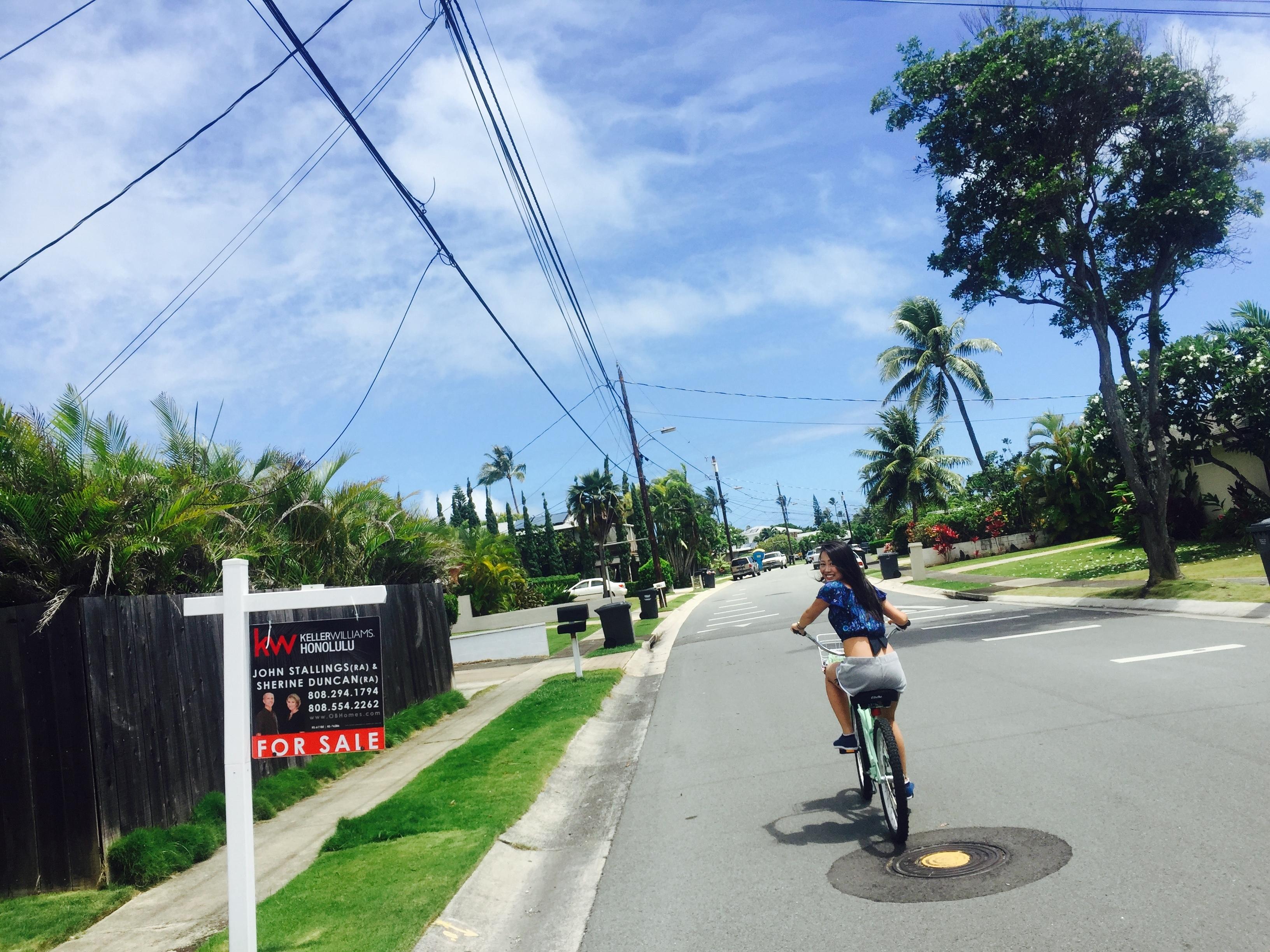 女性が自転車に乗っている
