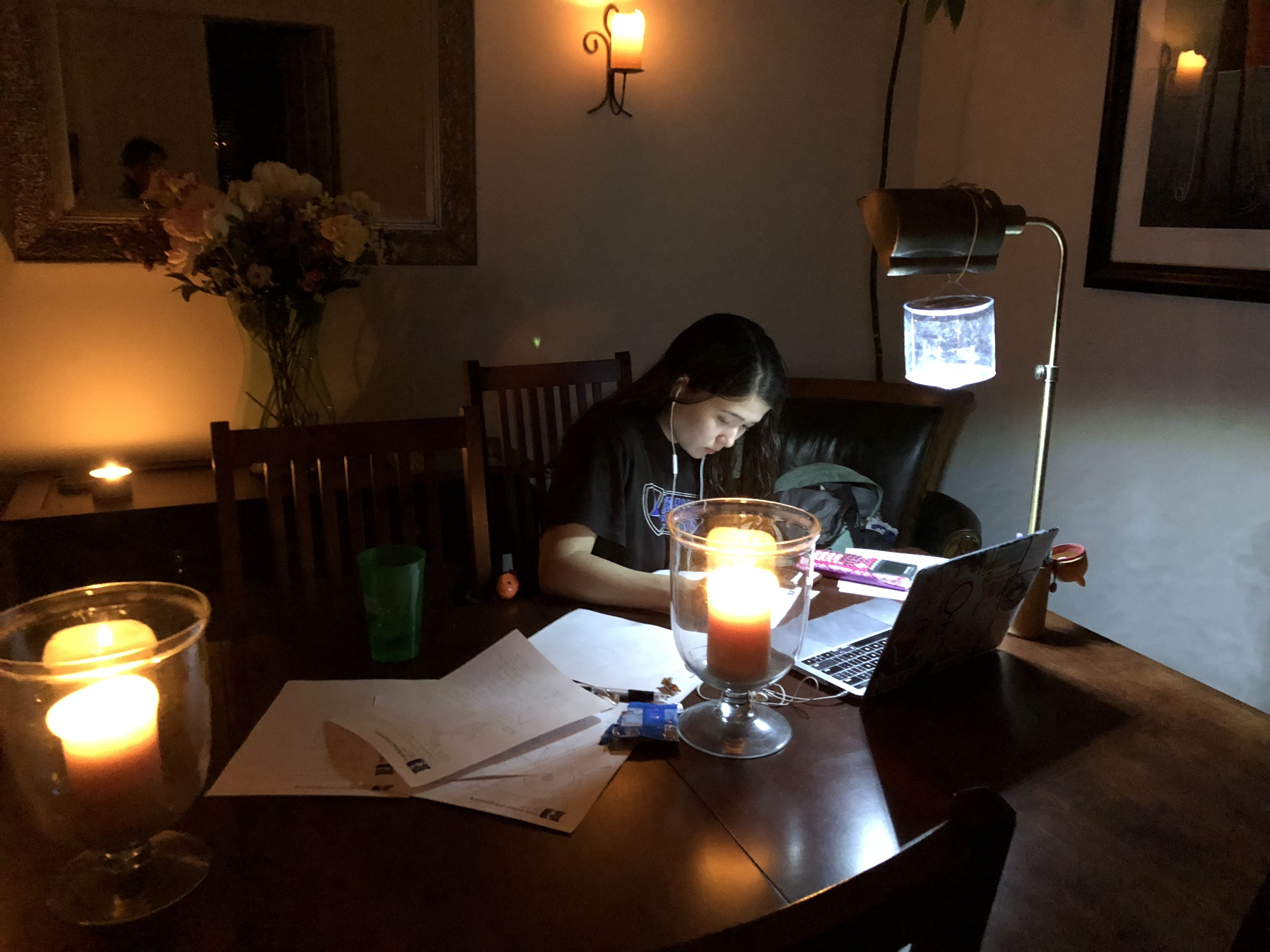 女性が勉強している