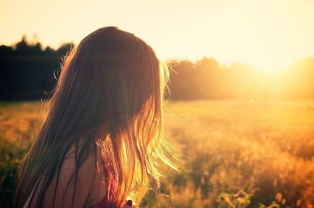 女性と太陽のイメージです。