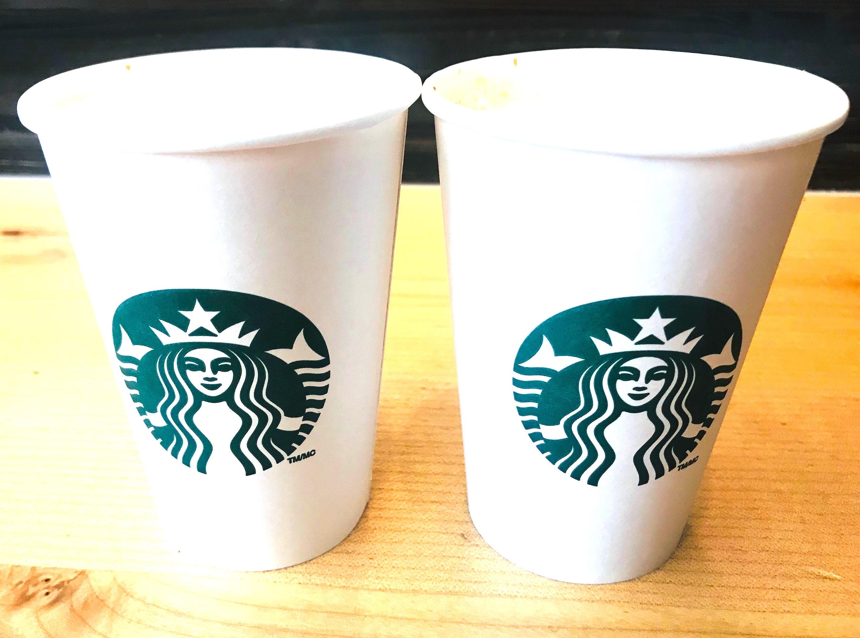 スターバックスコーヒーの紙カップが並んで2つある様子。