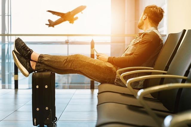 空港で飛行機を見る男性の画像です。