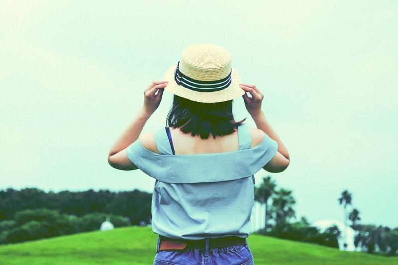 可愛い帽子を持った女の子
