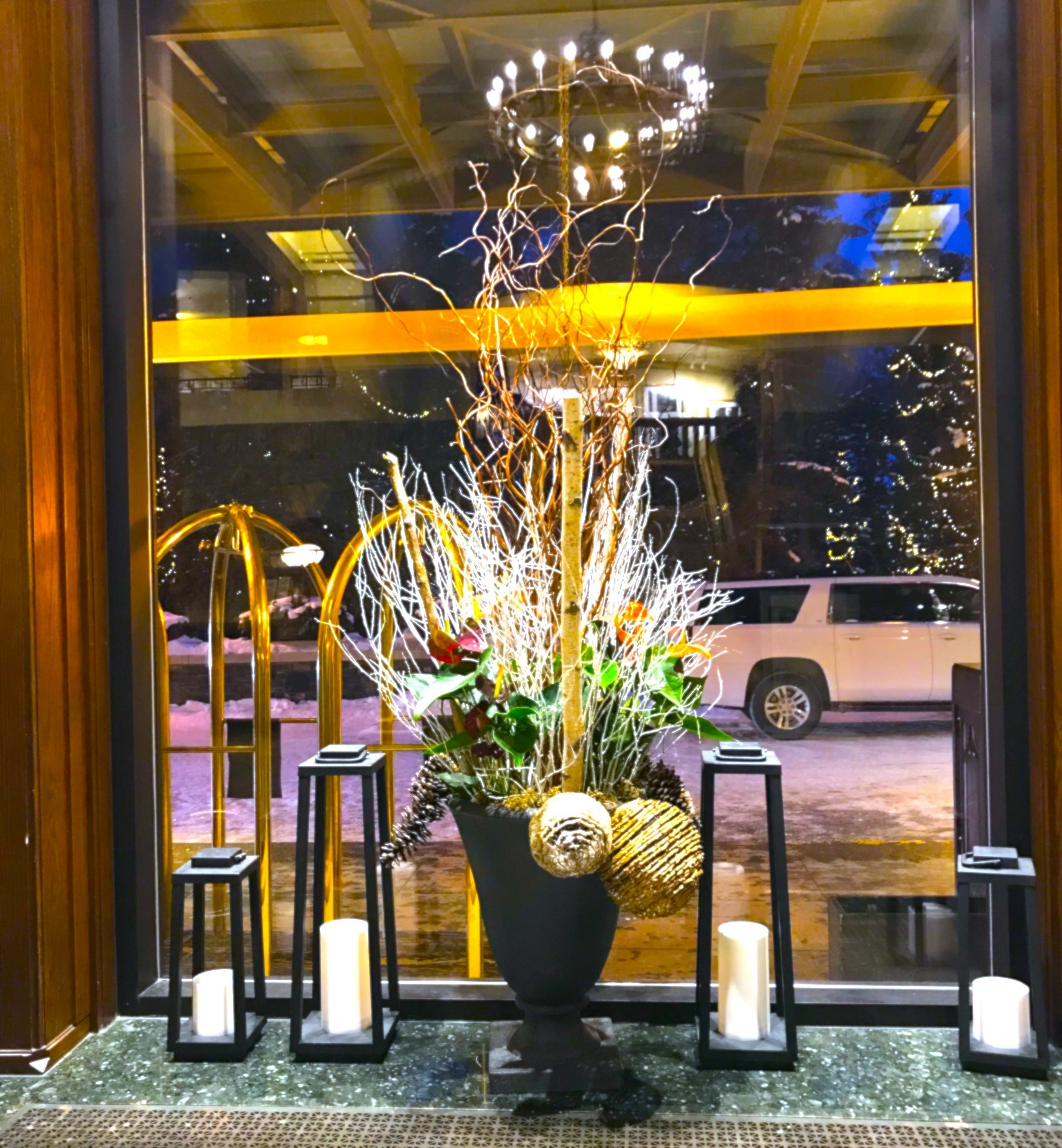 ホテルのロビーの立派な生け花の写真。カナダ・バンフスプリングホテル。